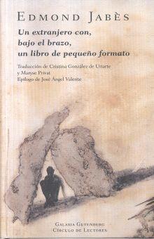UN EXTRANJERO CON BAJO EL BRAZO UN LIBRO DE PEQUEÑO FORMATO / PD.